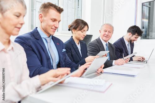 Sticker Geschäftsleute arbeiten konzentriert zusammen