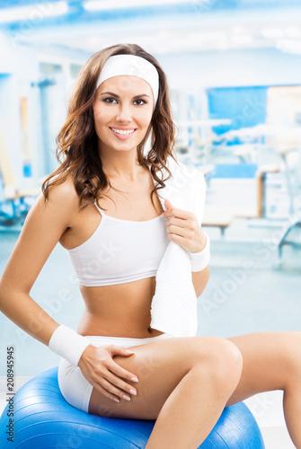 Kobieta ćwiczy z fitball przy sprawności fizycznej klubem