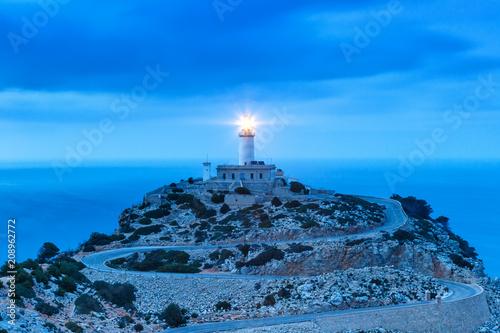 Fotobehang Vuurtoren Leuchtturm Cap Formentor Mallorca Abend Nacht Spanien
