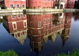 Spiegelung des Neuen Schlosses im Teich des Fürst-Pückler-Parks in Bad Muskau - 209023375