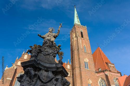 Pomnik św Jana Nepomucena, XVIII-wieczny pomnik i Katedra św Jana Chrzciciela w tle, Wrocław, Polska.