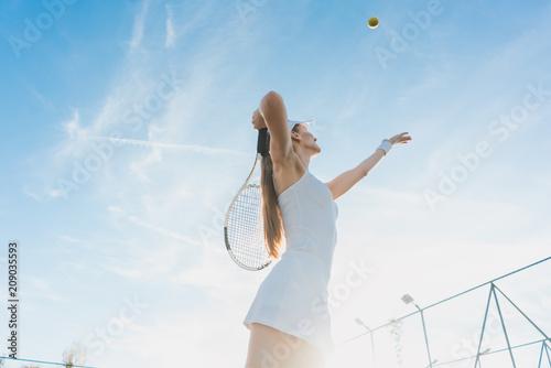 Kobieta słuzyć piłkę dla gry tenis na sądzie