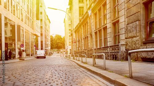 Sticker Leere Straße mit Pflastersteinen und Bordstein