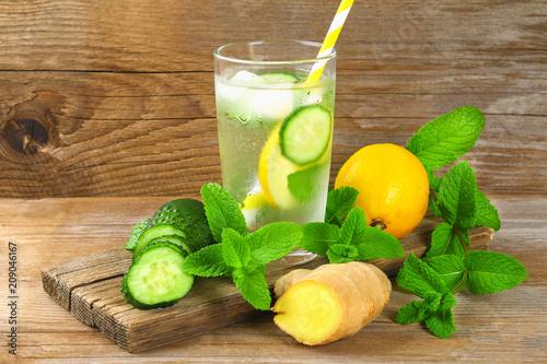 Sassy wody. Świeża, chłodna woda z ogórkiem, cytryną, imbirem i miętą. Detox i utrata masy ciała.