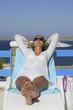 Donna sdraiata al sole in relax