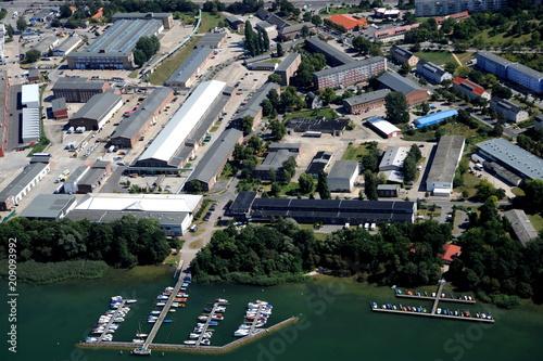 Neubrandenburg, Tollensesee mit Gewerbegebiet Südstadt
