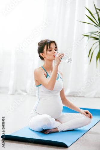 Pij wodę. Kobieta w ciąży wody pitnej z butelki