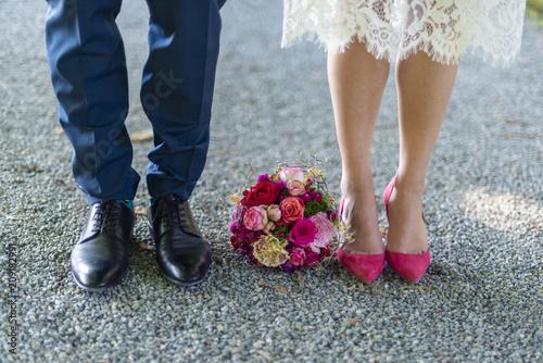 Leinwanddruck Bild Schuhe von Braut und Bräutigam - Hochzeit - Blumenstrauß
