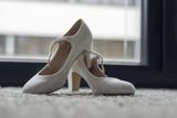 weiße edle Hochzeitsschuhe - 209183761