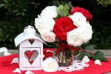 Dekoration mit Rosenstrauß und Laterne in Weiß und Rot - 209216179
