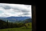 красивый вид на горы из деревянной избы - 209224993