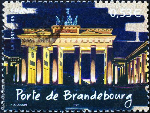 Aluminium Berlijn Brandenburg Gate by night on postage stamp