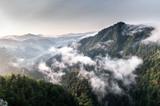 Poranek w górach. Mglisty krajobraz.