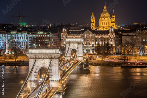Aluminium Boedapest Night View of the Szechenyi Chain Bridge and church St. Stephen's in Budapest