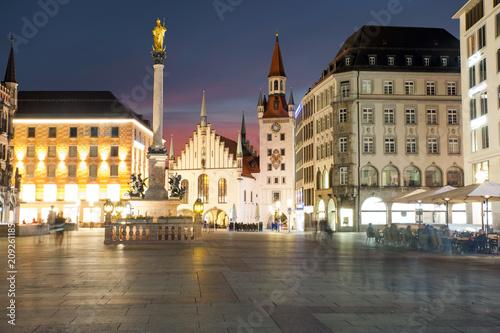 Wall mural Munich's Marienplatz at night