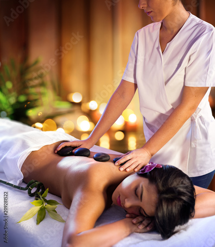 Leinwanddruck Bild Spa Treatment - Masseur With Hot Stones
