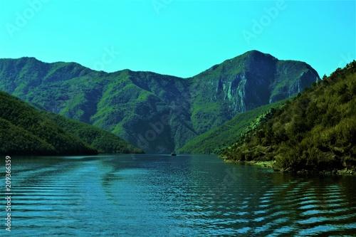 Fotobehang Bergrivier круиз по реке среди гор
