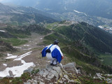 Alpy, Francja, Tour du Mont Blanc - wingsuit, człowiek wiewiórka skaczący z góry z Le Brevent