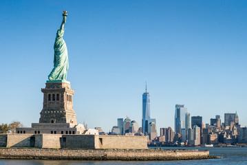 Liberty Island mit Freiheitsstatue und Blick auf Manhattan, New York City, USA