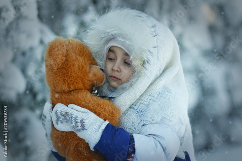 Foto Murales cute girl in the snow forest