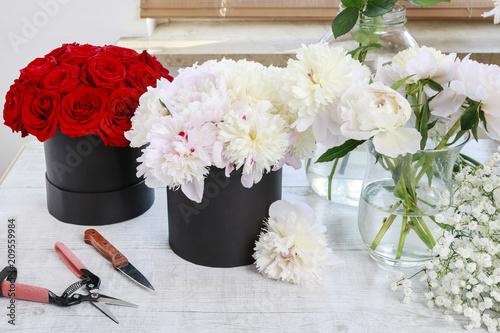 Leinwanddruck Bild Flower shop: fashionable black flower boxes.
