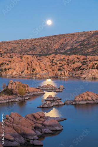 Foto Murales Moonrise Over Scenic Watson Lake Prescott Arizona