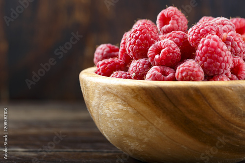 Foto Murales raspberry in a wooden plate