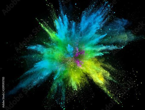 Barwiony prochowy wybuch na czarnym tle.
