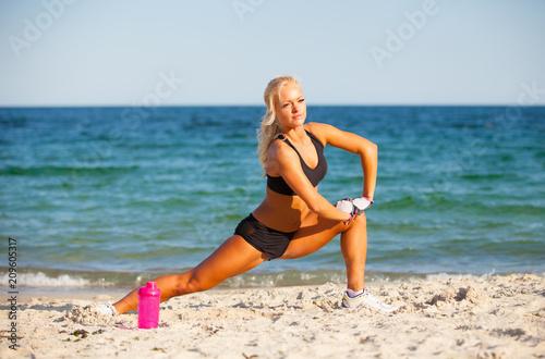 koncepcja fitness i styl życia - kobieta robi sport na świeżym powietrzu