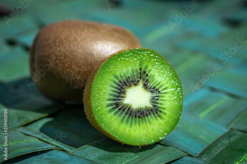 Une moitié de kiwi vert sur fond bleu vert