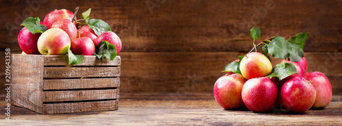 Leinwanddruck Bild fresh red apples in a wooden box