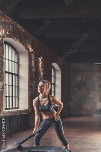 Sportowa młoda dziewczyna z młotem