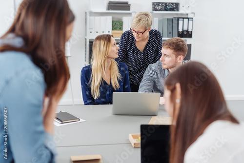 kollegen bei der arbeit im büro