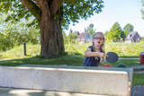 Ein Schulmädchen spielt Tischtennis. Sie konzentriert sich darauf, den Ball zu treffen - 209693973