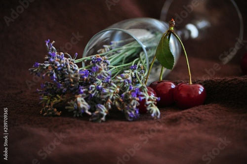 Fotobehang Kersen Glass with lavender and red cherries
