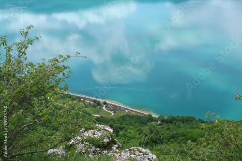 Aluminium Spoorlijn route nationale et voie ferrée au bord du lac