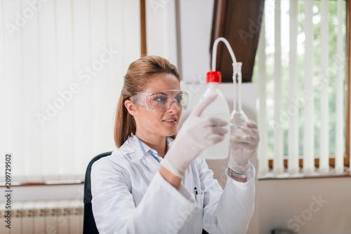 Technik laboratoryjny robi analizę wody.