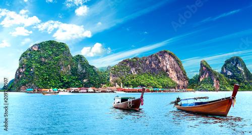 Fotobehang Tropical strand Paisaje idílico de playas y costas de Tailandia.Islas y mar de Phuket. Viajes de aventura y ensueño