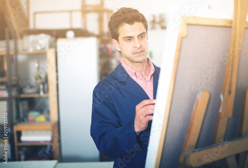 Foto Murales Artist painting on canvas