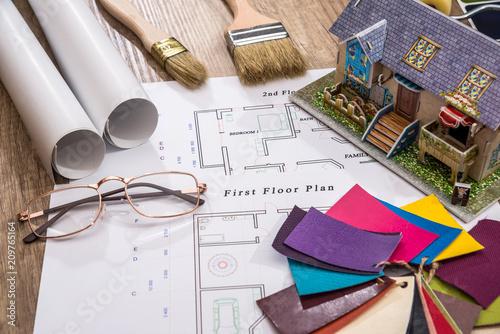 próbnik kolorów z planem domu i narzędziami do rysowania