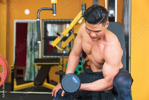Sprawność fizyczna mężczyzna w szkoleniu. Silny abs seans