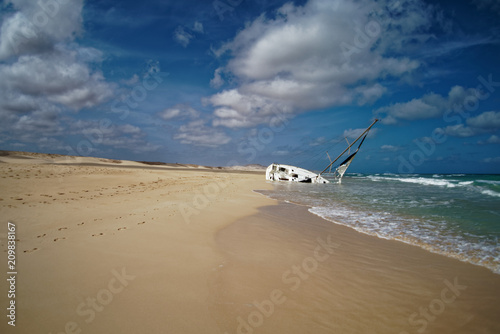 Aluminium Schipbreuk Island Boa Vista in Cape Verde, landscape - seaside with shipwreck of the sailing ship