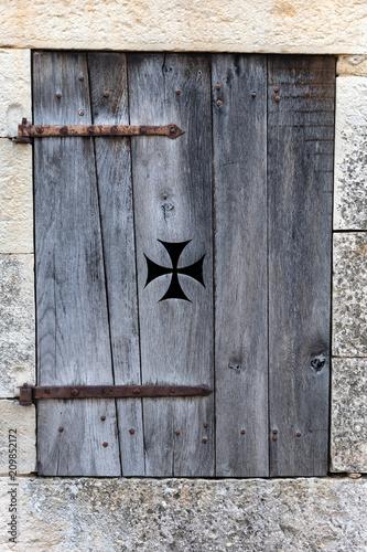 Ancienne fenêtre en bois - 209852172