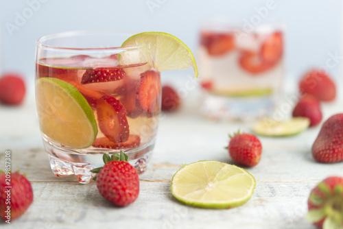 Woda z truskawkami i limonką