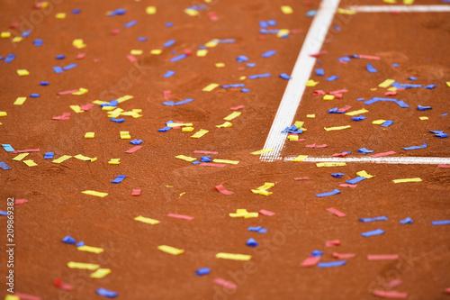 Aluminium Tennis Confetti on a tennis clay court