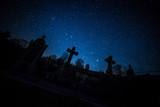 Cimetière sous un ciel étoilé