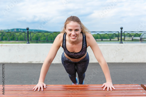 Dziewczyna sportowiec robi Sporty ćwiczy trening na nabrzeżu