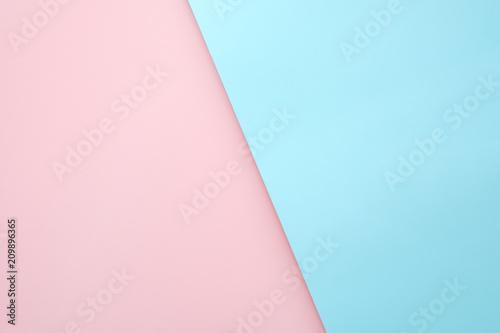 Różowy i jasnoniebieski papier pastelowy kolor krzyż pokrywają się na tle