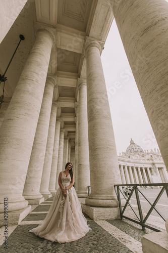 Foto Murales Pretty young bride in wedding dress in the Vatican