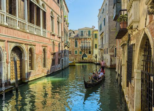 Venezia il canale e la gondola - 209921986